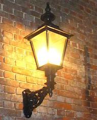 Grote collectie muur en wand lantaarns van gietijzer, koper of aluminium.